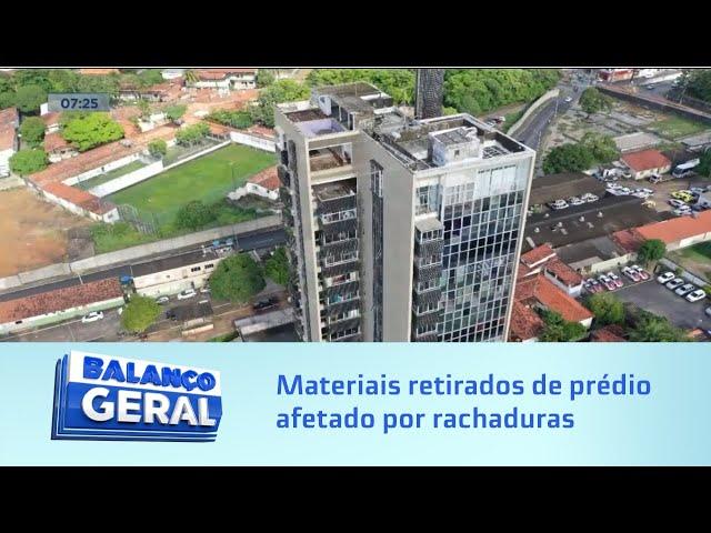 Área de risco: Ex-moradora retira janelas, portas e piso e quem ficou teme comprometimento do prédio