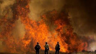 شاهد: عناصر الإطفاء يكافحون لاحتواء حريق هائل في جنوب كاليفورنيا…