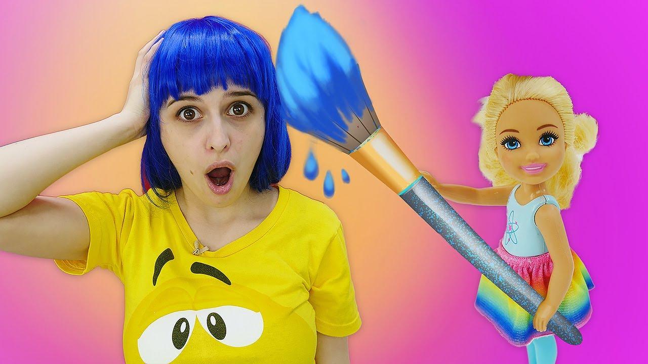 Маленькие Барби открывают Салон Красоты - Цветные волосы. Видео для девочек