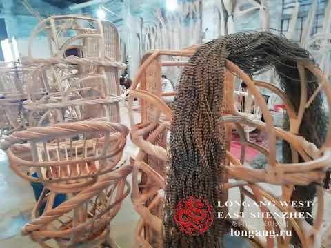 Производство мебели из ротанга в Китае.