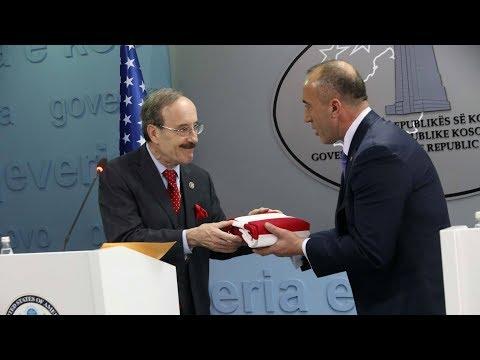 Kryeministri Ramush Haradinaj dhe kongresmeni amerikan Eliot Engel në konferencë për media
