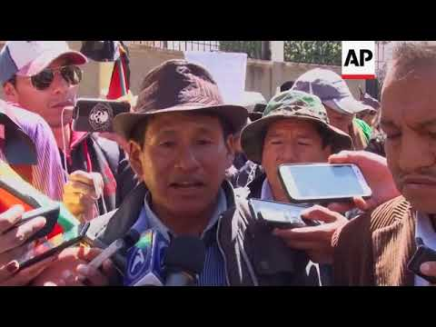 Bolivian coca farmers scuffle with riot police