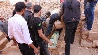 مقابر من طبقات في دوما السورية لاستيعاب الجثث