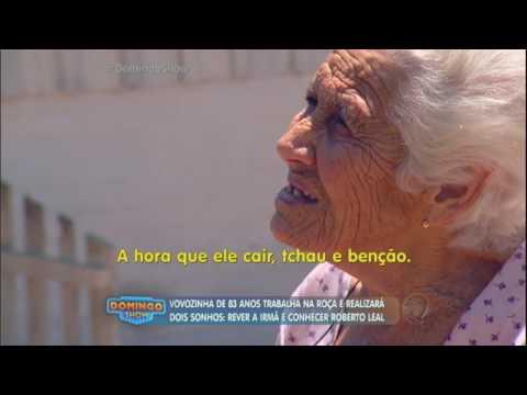 Cantor Roberto Leal aceita convite e visita idosa no interior de SP