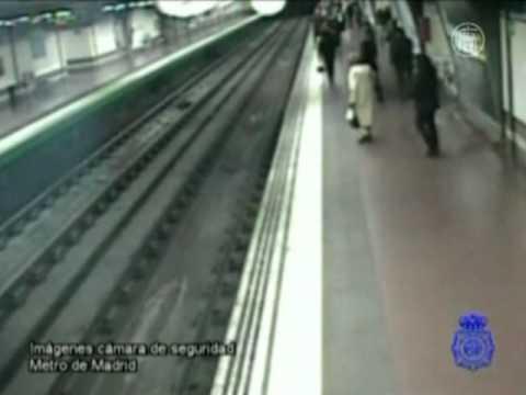 Человека спасли за секунду до прибытия поезда