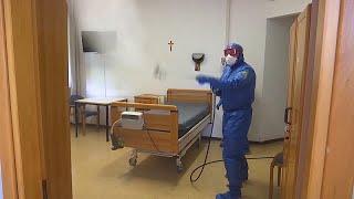 شاهد: خبراء من علم الأوبئة الروس يقومون بتطهير مواقع في بيرغامو الإيطالية…