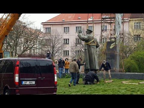 В Праге сняли памятник маршалу Коневу - освободителю города от фашистов.