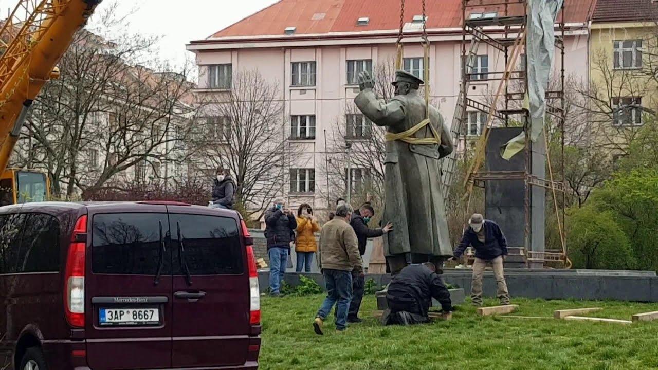 В Праге демонтировали памятник советскому маршалу Коневу