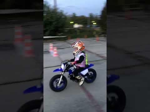 юная мотогонщица