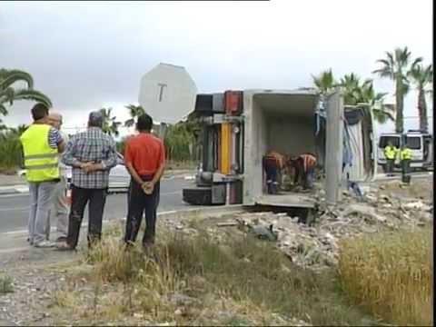 Un camión cargado de escombros vuelca en una rotonda de Catral sin causar heridos