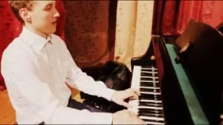 Русский в День Рождения Ленина играет на рояле