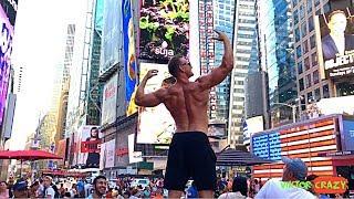 BODYBUILDER WALKING IN NEW YORK