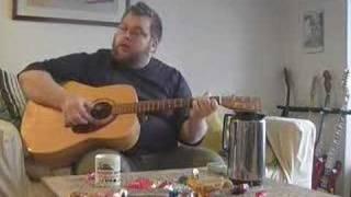 På loftet sidder nissen med sin julegrød - guitar
