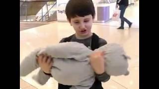 Пранк мальчик кидает младенца  в торговом центре реакции людей