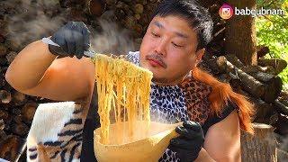 극강삭힌 홍어를 넣고 솥뚜껑에 끓인라면을 먹는 21세기…