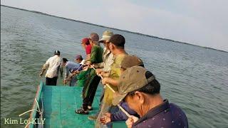 Chạy tàu kéo và 12 anh em ra biển cào sò,lần đầu mới biết.