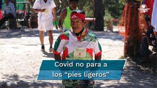 """La pandemia de Covid-19 no para a los llamados """"pies ligeros"""": 14 corredores rarámuri y un hombre de la Ciudad de México participaron en el ultramaratón Big Dog's Backyard, que este año tuvo una edición virtual, con un total de 300 competidores de 22 países. El rarámuri Pedro Parra se ubicó en el quinto sitio, al correr casi 400 kilómetros en 64 horas"""