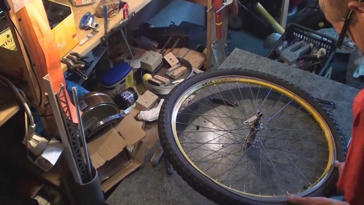 Comment changer son pneu chambre air de v lo bonus la fin youtube - Comment changer chambre a air ...