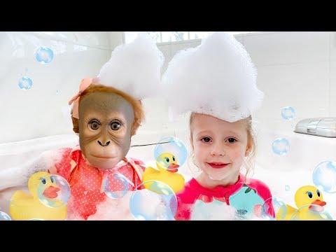 Настя и песенка про ванную с игрушками