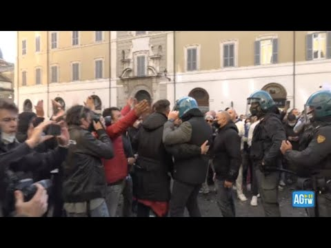 Ristoratori in piazza, un poliziotto si toglie il casco tra gli applausi dei manifestanti