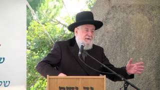 הרב ישראל מאיר לאו בנאום הפתיחה של העצרת המרכזית השנתית הראשונה לציון שואת יהדות רומניה ביד ושם