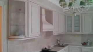 Кухня с деревянными фасадами и столешницей из искусственного камня