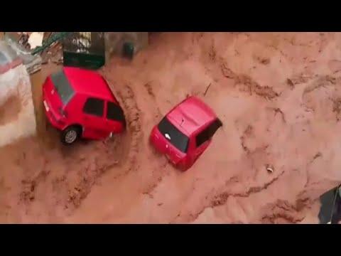 En Grèce, des torrents de boue déferlent dans les rues