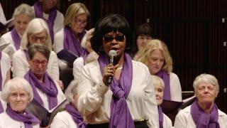 Baixar Chorus battles a common enemy by raising their voices