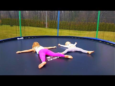 Огромный батут для детей дома или Дети прыгают на Батуте For Kids