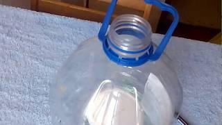 Простейшая кормушка для цыплят из пластиковой бутылки своими руками экономит корм от разбрасывания