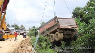 ឡានយីឌុបរអិលធ្លាក់ផ្លូវ scania dump truck fail Fall off the road - recovery by crane
