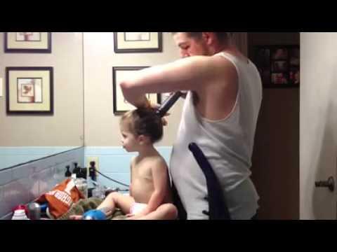 Asi peina un padre a su hija