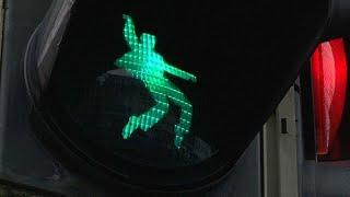 شاهد: إلفيس بريسلي على الإشارات الضوئية في ألمانيا