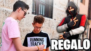 Regalando skins exclusivas de Fortnite a niños por la calle...