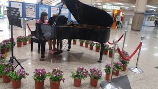 Menikmati permainan cewek cantik main piano