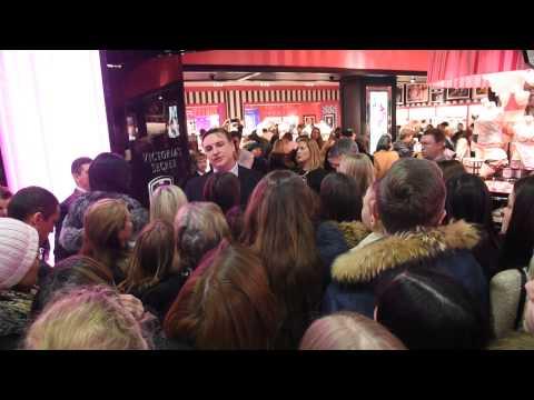 Толпа на открытии Victorias Secret в Европейском