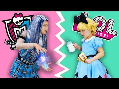 袣校袣袥袗 LOL 袪袗袟袪校楔袠袥袗 楔袣袨袥校 袦袨袧小孝袪 啸袗袡! LOL Surprise Dolls vs Monster High in real life. Funny video