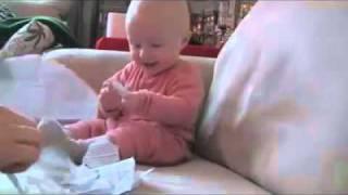 เด็กหัวเราะ:พ่อเล่นฉีกกระดาษ.mp4