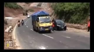 Video truk terguling di tanjakan