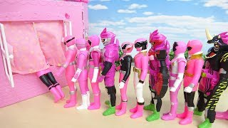 ピンクの戦隊ヒーローと仮面ライダーがメルちゃんハウスの窓へすぽすぽ突入