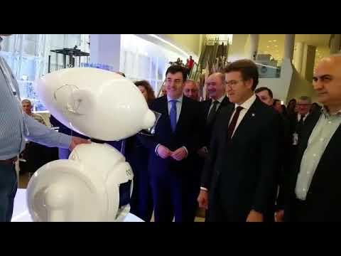 Unha robot lucense dá a benvida a Feijóo na FP Innova
