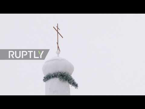 El senyor Alexander, un resident del poblat de Sosnovka a la regió d'Omsk, Sibèria, va construir una petita església ortodoxa de gel i neu. Es tracta de la primera al barri, raó per la qual, tots els practicants en Sosnovka ja poden resar allà sense haver de viatjar als pobles propers.