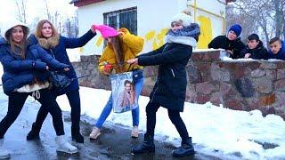 К нам ПРИСТАЛИ Девочки!!!