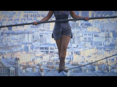 Kadın ip cambazı Paris'te nefes kesti