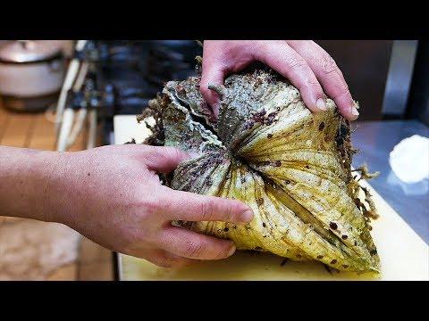 Cibo di strada Giapponese - enorme strana mollusco Giappone frutti di mare