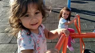 Ayşe Ebrar ve Asel Parkta Dondurma Yiyor İkiside Parkta Dondurmalarını Düşürmüş Çok Eğlendiler