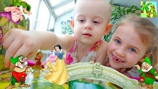 Развивающие видео для детей! Ксюша и Алиса! Настольная игра Бал у Белоснежки.