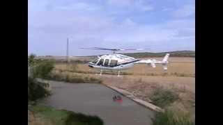 Helicóptero cargando agua en la presa honda de Usagre