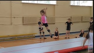Лена Сделала Сальто!! Акробатика для детей Танцы Растяжка Черлидинг Front Flip Tutorial Cheerleading
