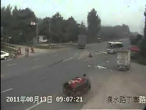 สิบล้อชนรถบัส จนคนขับกระเด็นตกรถ